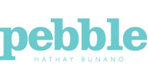 Logo van het merk Pebble, licht blauwe letters met de tekst pebble, Hathay Bunano