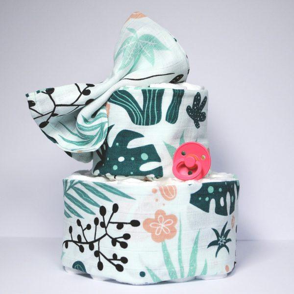 Vrolijke luiertaart met blaadjes print met de kleuren, donker groen, licht groen, zacht rozen en zwart.