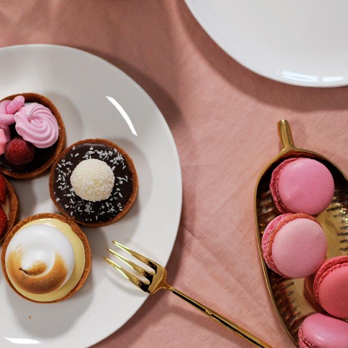 Babyshower roze hapjes en roze macarons